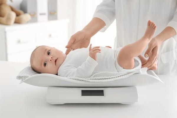 Trẻ không tăng cân mẹ nên xem xét đến lượng sữa, cách cho con bú
