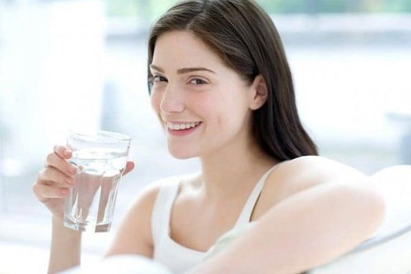 Uống nước đầy đủ giúp tuyến sữa chuyển hoá các chất dinh dưỡng tốt, sữa mẹ loãng giảm