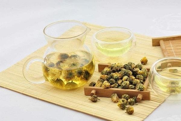 Sử dụng trà hoa cúc lợi sữa đúng cách để bảo vệ sức khỏe