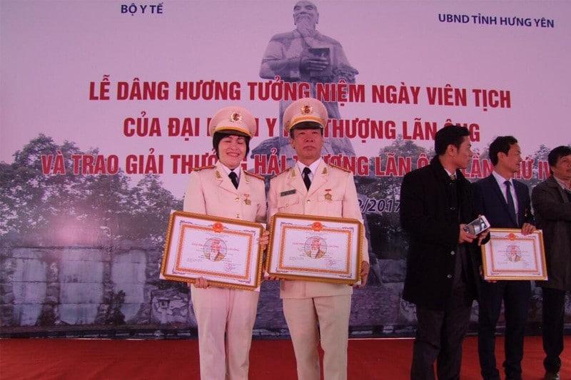 Bác Sĩ Nguyễn Văn Loãn nhận giải thưởng Hải Thượng Lãn Ông