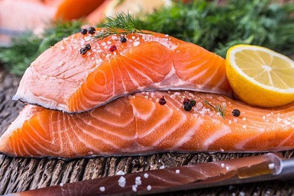 Phụ nữ sau sinh nên ăn gì? Cá Hồi tốt cho cả mẹ và bé