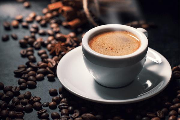 Sau sinh kiêng ăn gì? Có thể sử dụng những chất kích thích như rượu bia, cà phê được hay không?