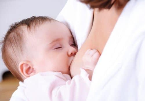 Mỗi ngày bé cần cung cấp một lượng sữa đủ để nuôi cơ thể