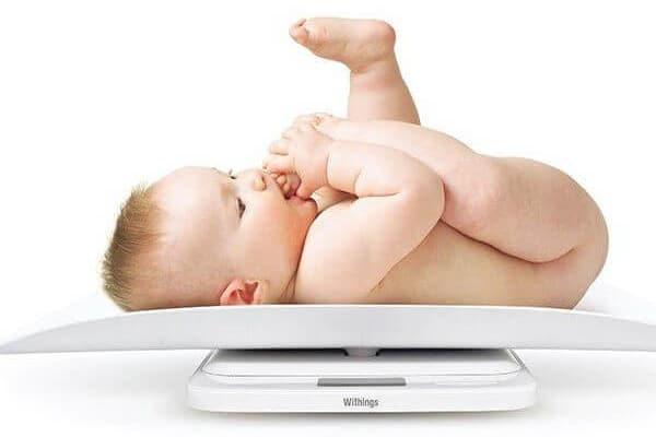 Các mẹ cần thường xuyên cân nặng cho bé để kiểm tra tình hình phát triển