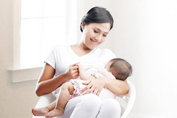 Theo dõi động thái của bé khi bú cũng như cảm giác ngực của mình sau khi bú