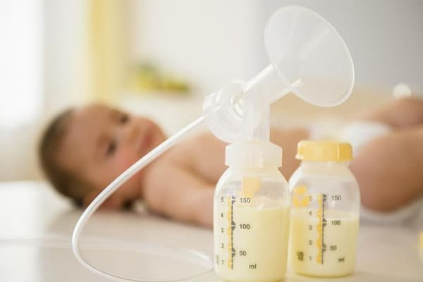 Hút sữa thường xuyên ở bên ít sữa hơn