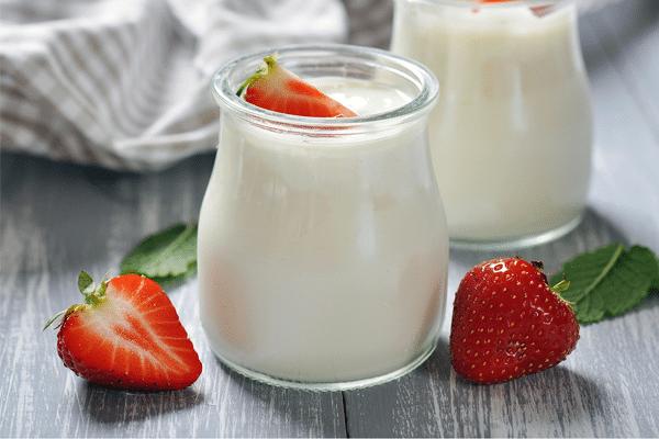 Dùng sữa chua kết hợp với hoa quả để tăng thêm cảm giác ngon miệng