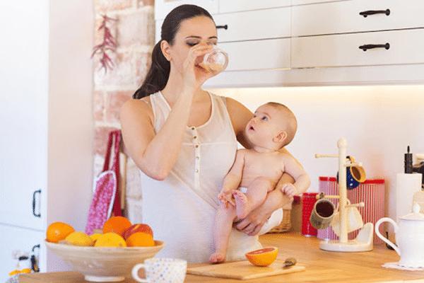 Mẹ sau sinh có thể ăn hoặc uống nước ép trái cây từ khoảng 3 - 4 ngày sau sinh để bổ sung dinh dưỡng cho cơ thể nhanh hồi phục và đủ sữa nuôi con