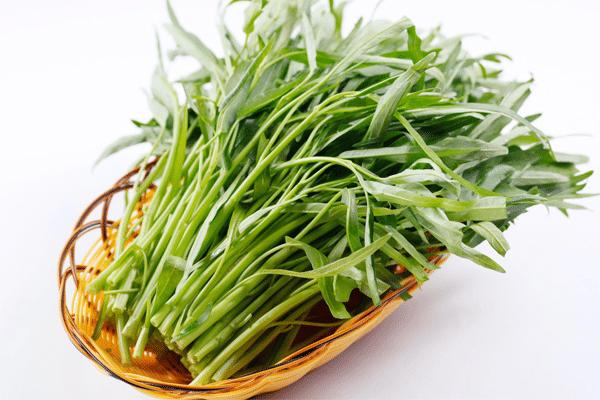 Phụ nữ sau sinh ăn rau muống làm cho vết mổ, vết thương lâu lành