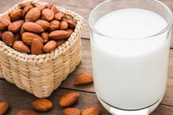 Một cốc sữa nóng từ hạt hạnh nhân có thể mang đến năng lượng tích cực và làm giảm stress