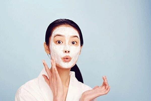 Sử dụng mặt nạ chứa tinh dầu tràm là là cách trị mụn và làm đẹp đáng tin cậy