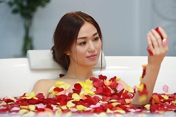 Tắm, ngâm mình trong tinh dầu hoa hồng giúp giảm bớt căng thẳng sau một ngày làm việc