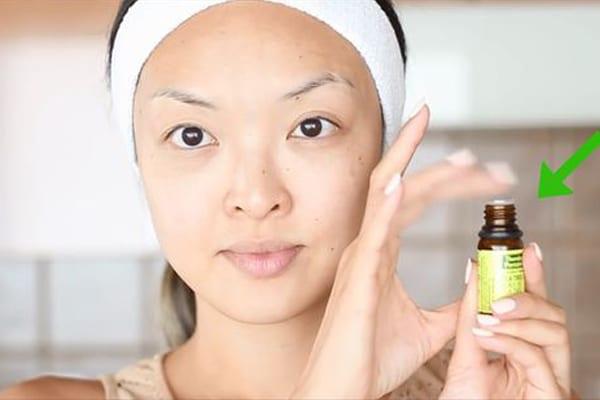 Sử dụng tăm bông để chấm tinh dầu tràm lên các vết mụn sẽ giúp sát khuẩn, giảm sưng do mụn