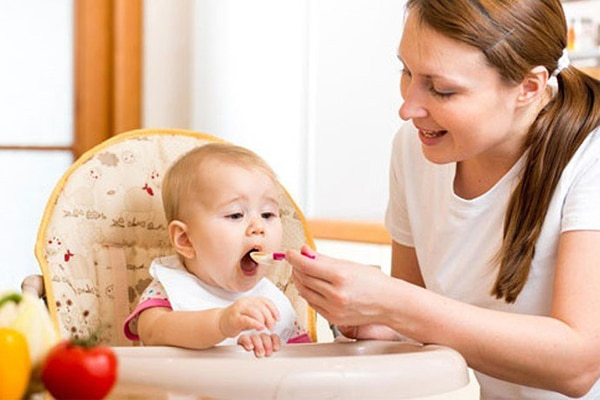 Nên pha tinh dầu cùng sữa, cháo loãng hoặc nước cơm để trẻ dễ uống