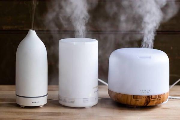 Dùng máy khuếch tán tinh dầu để hương hoa nhài lan tỏa khắp phòng cho hương thơm dễ chịu, tinh khiết