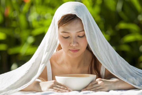 Xông hơi bằng tinh dầu giúp làm sạch da mặt và trị mụn hiệu quả