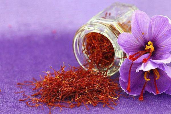Nhụy hoa nghệ tây chứa nhiều vitamin A làm giảm tốc độ lão hóa và tăng cường sự đàn hồi, mềm mại của da