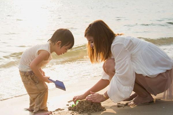 Luôn giữ tâm trạng thoải mái là cách hiệu quả để khắc phụ chứng rụng tóc sau sinh
