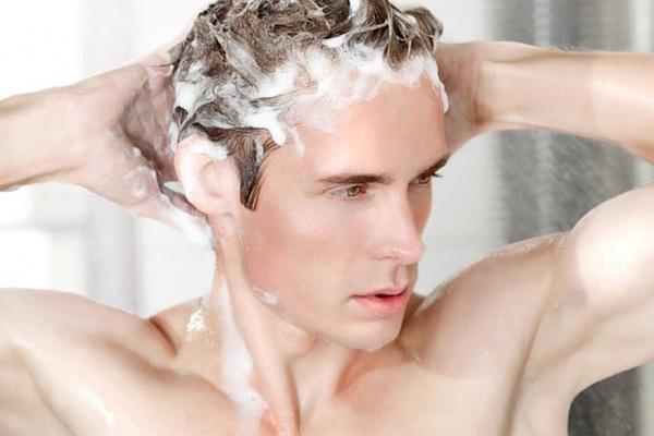 Gội đầu đúng cách giúp hạn chế tình trạng rụng tóc nhiều ở nam giới hiệu quả