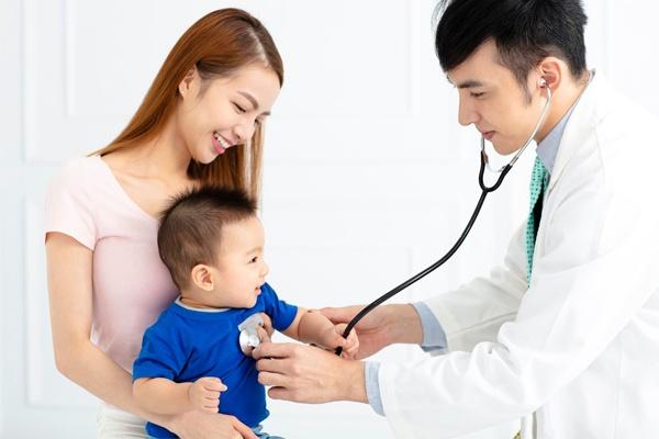 Nếu tình trạng rụng tóc không giảm, Mẹ cần đưa bé đi khám và sử dụng thuốc điều trị rụng tóc nếu cần thiết