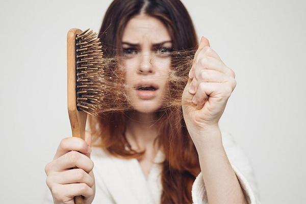 Rụng tóc nhiều là dấu hiệu bệnh gì