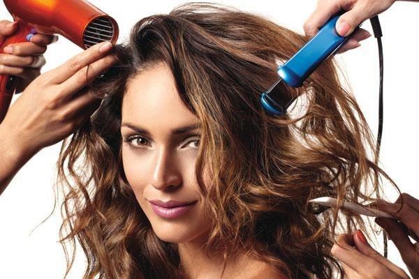 Thường xuyên tác động nhiệt lên tóc, tạo kiểu tóc là nguyên nhân phổ biến khiến tóc bị gãy rụng