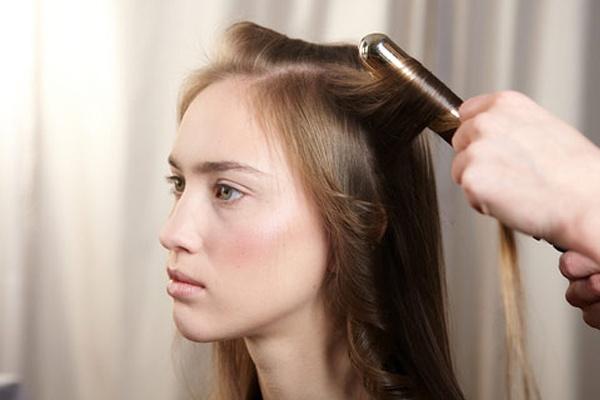 Trong quá trình điều trị rụng tóc nên hạn chế tạo kiểu tóc hoặc chỉ tạo các kiểu tóc nhẹ nhàng