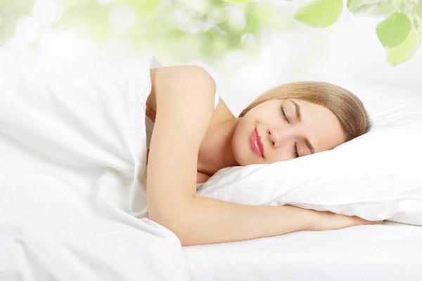 Ngủ đủ giấc và giữ tinh thần luôn thoải mái là cách trị rụng tóc tại nhà hiệu quả nhất