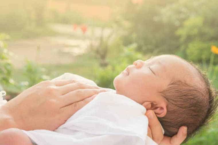 Cho trẻ tắm nắng ngoài trời để hấp thụ vitamin D tốt nhất