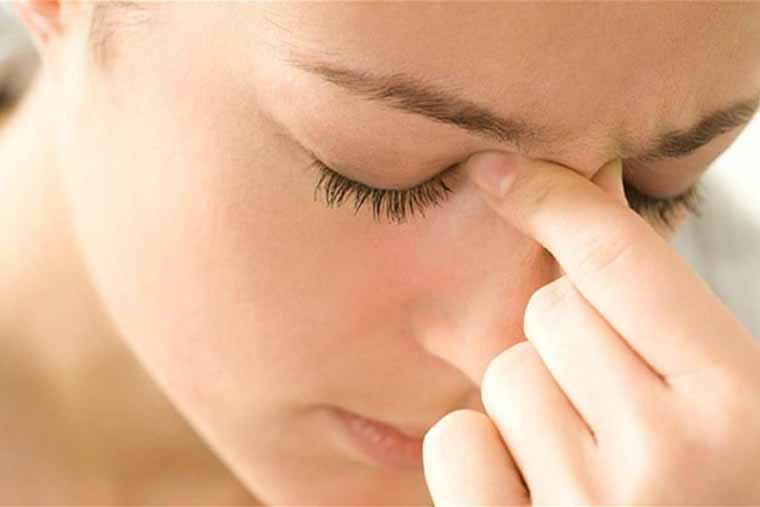 Người bị viêm xoang thường có các triệu chứng đau đầu rữ rội