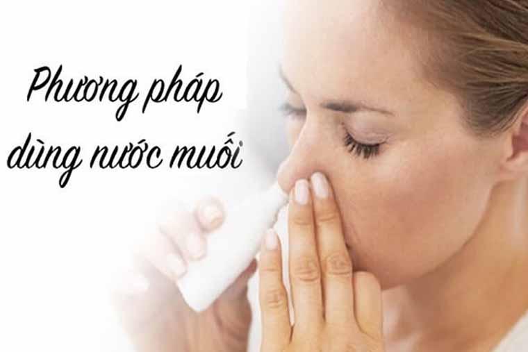Thường xuyên vệ sinh mũi bằng nước muối sinh lý là cách chữa trị viêm xoang sàng sau tại nhà hiệu quả
