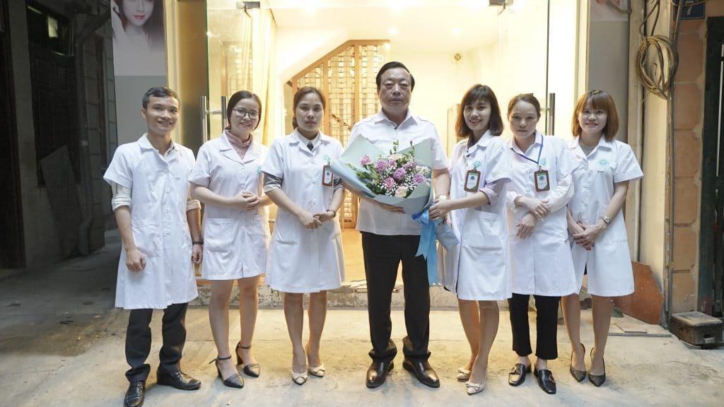 Chủ tịch hội đông y thành phố Hà Nội Nguyễn Hồng Siêm chụp ảnh lưu niệm cùng các bác sĩ tại Trung Tâm Chân Nguyên