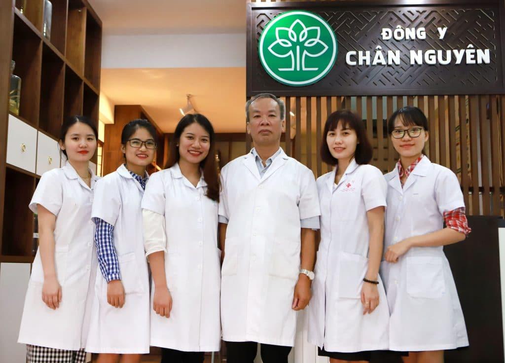 Đội ngũ y bác sĩ đang làm việc tại trung tâm Đông y Chân Nguyên