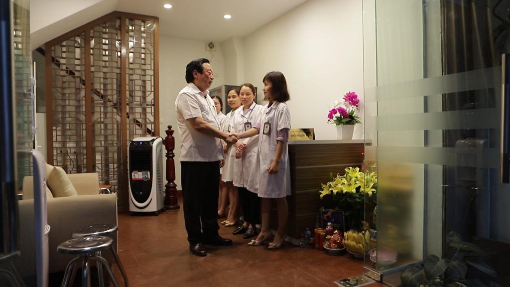 Tập thể y bác sỹ tại Chân Nguyên vui mừng đón tiếp Tiến sĩ Nguyễn Hồng Siêm tới thăm và làm việc