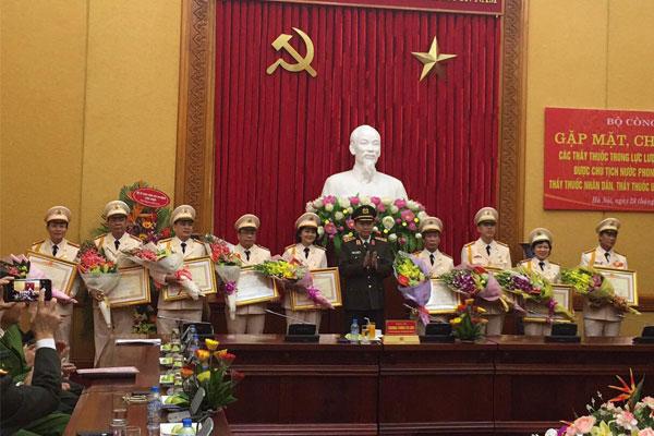 Bác Sĩ: Nguyễn Văn Loãn nhận giải thưởng Hãi Thượng Lãn Ông