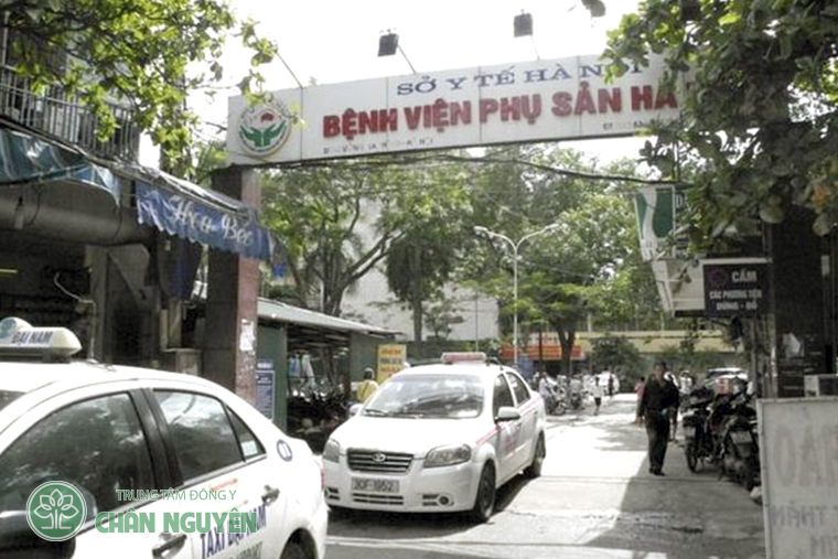 Cổng vào bệnh viện phụ sản Hà Nội