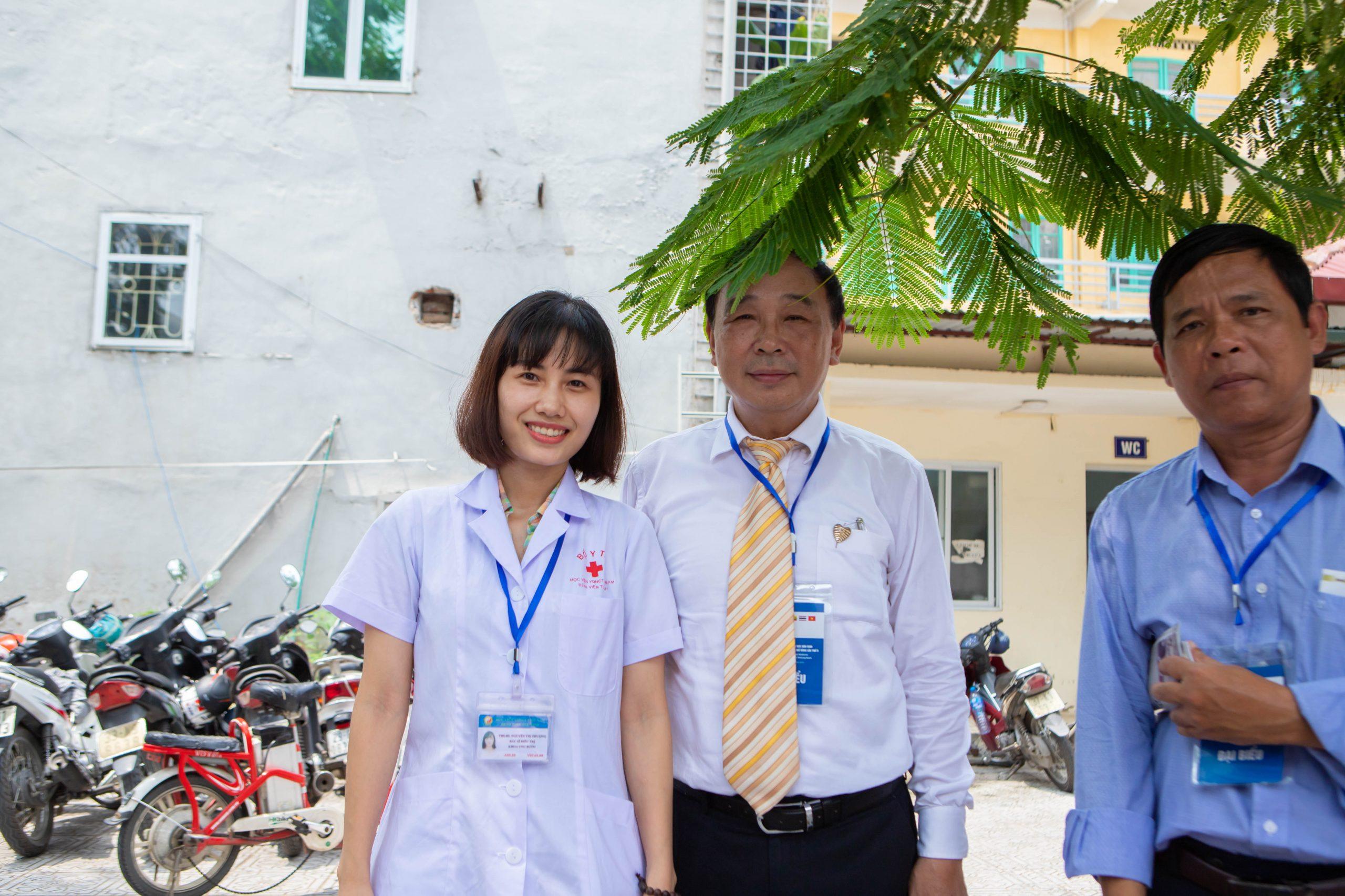 Bs Phượng chụp ảnh lưu niệm cùng PGs. Ts Trương Việt Bình - Nguyên Giám đốc Học viện Y dược Học cổ truyền Việt Nam