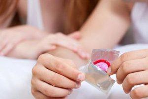 Dùng bao cao su chống xuất tinh sớm