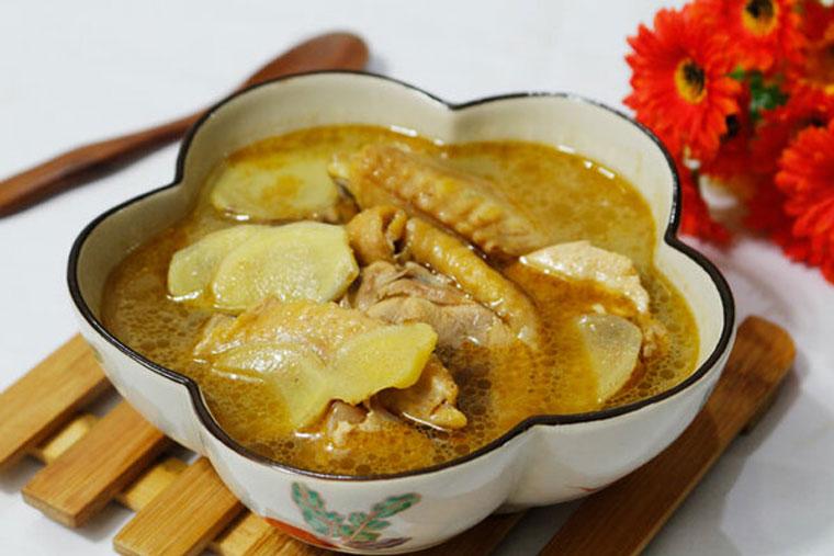 Khi nấu canh thịt gà với gừng nên bỏ bớt da để hạn chế mỡ