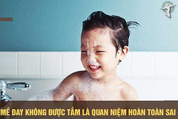 Trẻ bị mề đay có nên tắm hay không