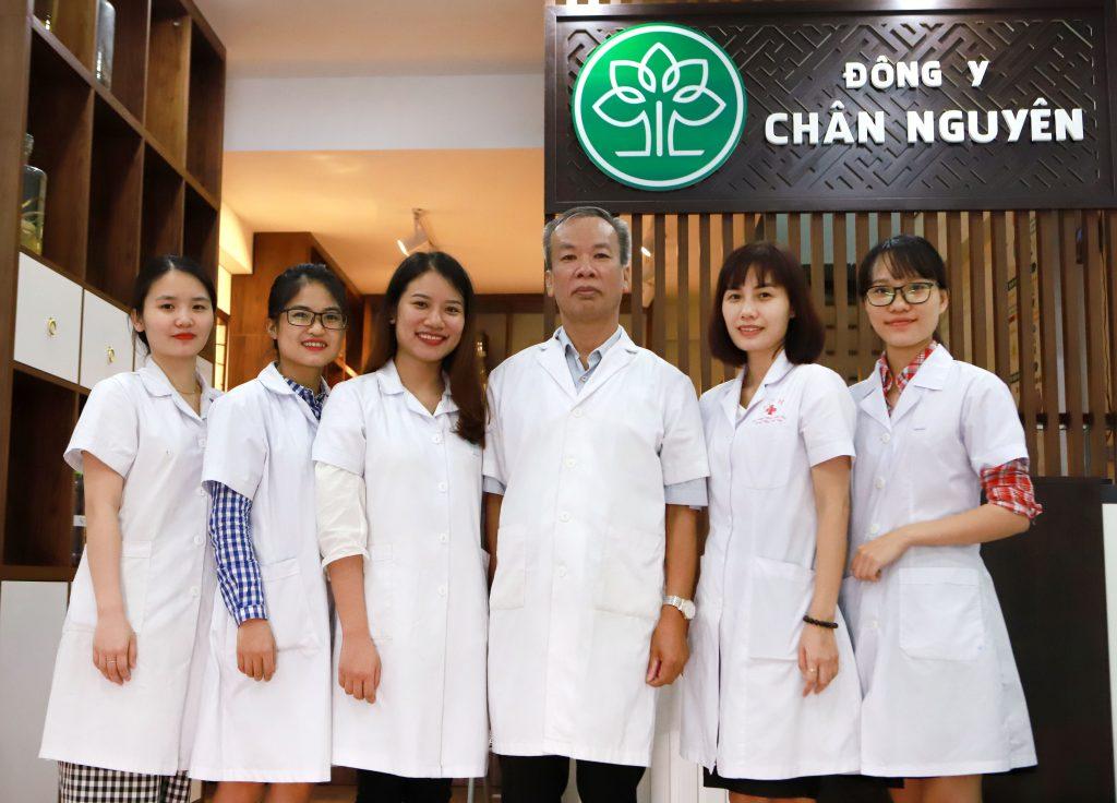 Đội ngũ y bác sĩ tại trung tâm đông y chân nguyên