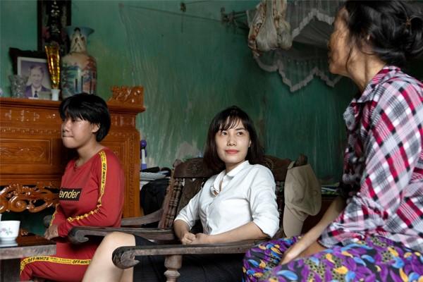 Ts – Bác Sĩ Nguyễn Thị Phượng trò chuyện cùng bà ngoại cháu