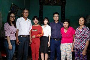 Ban điều hành trung tâm Chân Nguyên chụp ảnh lưu niệm cùng gia đình