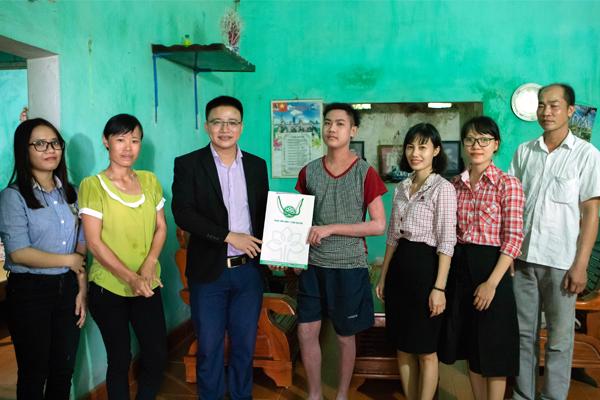 Trung tâm đông y Chân Nuyên Thăm và tặng quà chúc tết trung thu em Tiếu Lâm