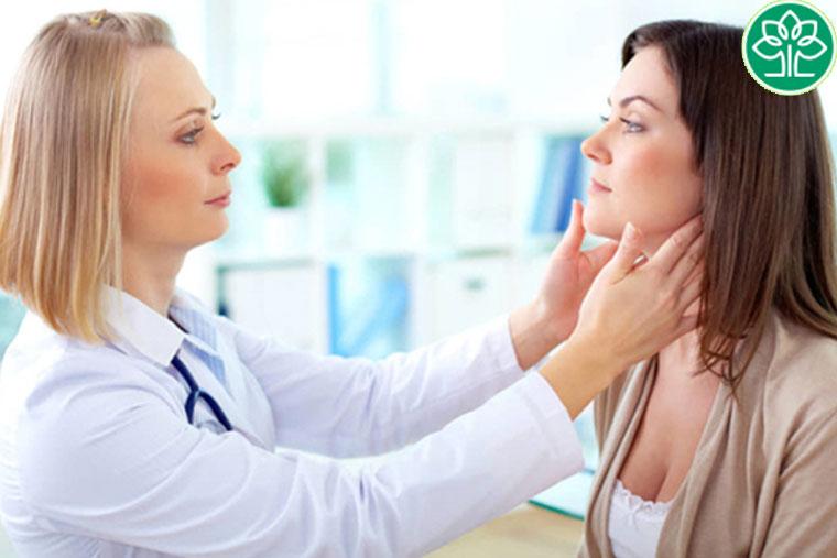 Chữa viêm da cơ địa cần phải gặp bác sĩ chuyên khoa về Da liễu
