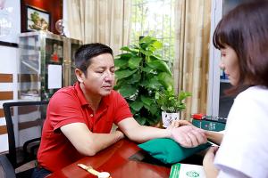 Ths-Bs Nguyễn Thị Phượng kiểm tra lại tình trạng bệnh mề đay của NS Chí Trung