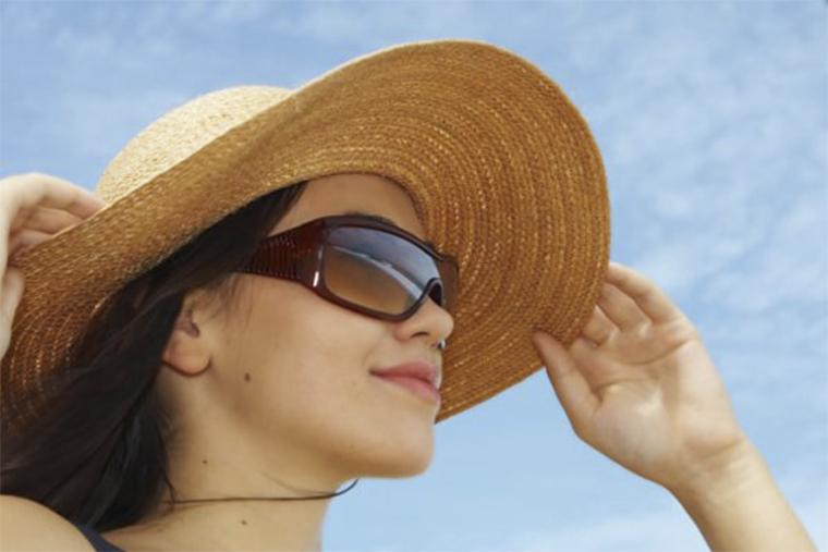 Cần che chắn vùng da bị tổn thương do mề đay gây ra khi ra ngoài