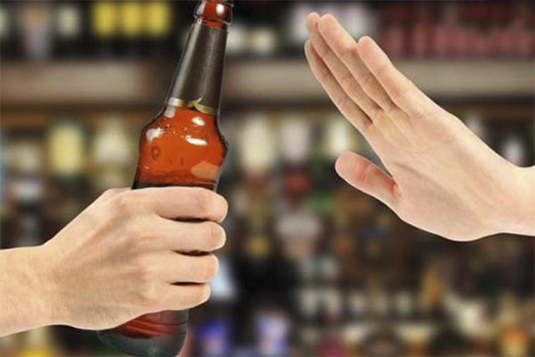 Ngoài kiêng gió thì bệnh nhân cần kiêng bia rượu khi bị nổi mề đay
