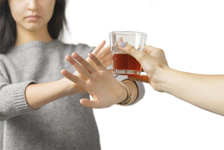 Tránh lạm dụng các chất chứa cồn để ngăn ngừa mề đay tái phát