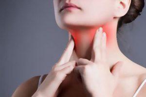 Sưng amidan thường đi kèm với các triệu chứng đau rát cổ họng, khó nuốt.